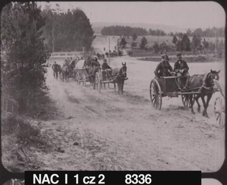 Film Polonia Restituta - kadr 'Przemarsz oddziału Wojska Polskiego (kolumna zaprzęgów konnych), VIII-IX 1920 r.'