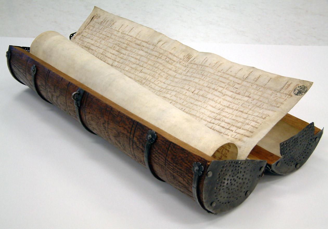 Przywilej Chełmiński - dokument zwinięty w rulon i umieszczony w tubie.